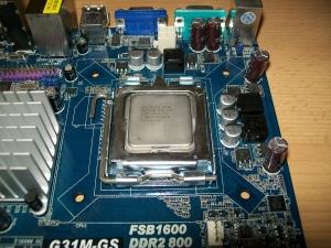Mainboard und Prozessor bereit für CPU-Kühler Einbau