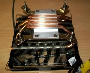 Halterungen am CPU-Kühler montiert