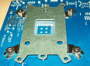 CPU-Kühler mit Mainboard verschrauben