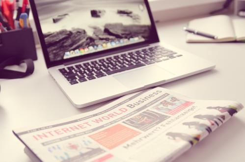 Zeitung am Computer