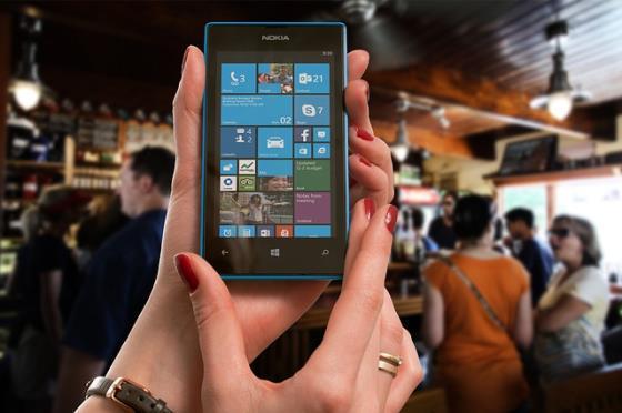 Frau mit Lumia Smartphone
