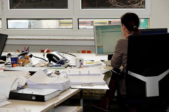 typischer Schreibtisch im Büro