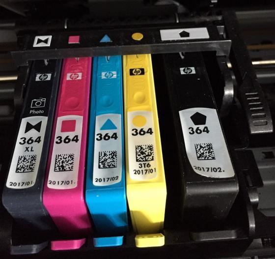 Detailaufnahmen Tintenpatronen im Drucker