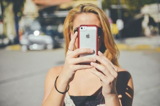 Frau mit Apple Smartphone