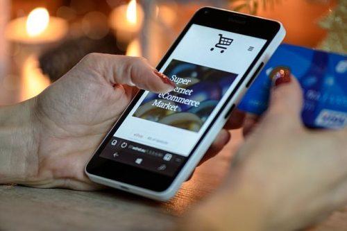 Einkauf im Online Shop mit dem Smartphone