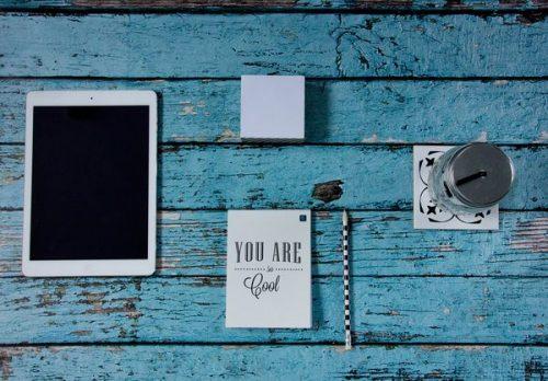 Tablet iPad auf blauem Schreibtisch
