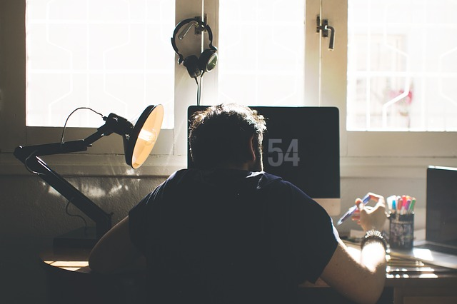 Computerarbeitsplatz mit Gaming Stuhl