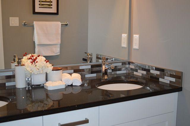 Blick in ein modernes Badezimmer
