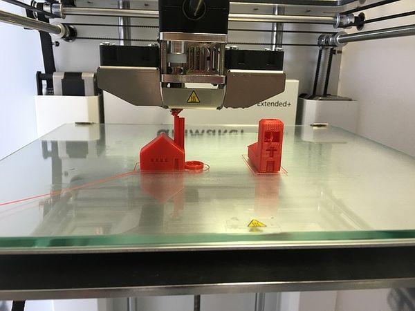 3D Drucker trägt das Filament auf