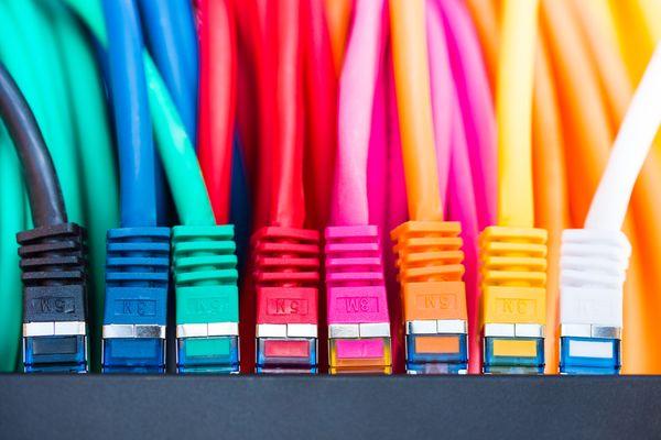 Kabeltypen im Netzwerk in verschiedenen Farben