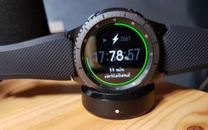 Samsung Gear S3 frontier Smartwatch in Ladeschale