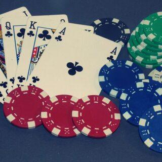 Ein gutes Blatt auf der Hand: So bezahlt man sicher beim Online-Poker