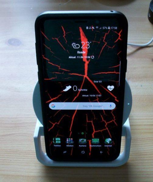 Samsung Galaxy S9+ senkrecht auf demBOOST↑UP™ 10-W-Ladeständer