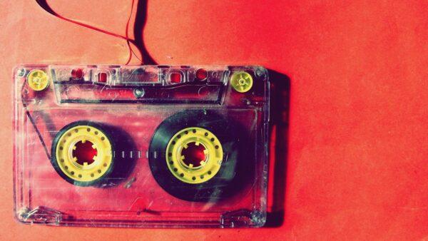 Audiokassette mit herausgezogenem Band
