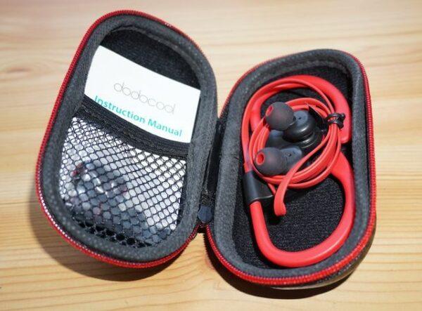 Dodocool DA156 Bluetooth Ohrhörer im mitgelieferten Case