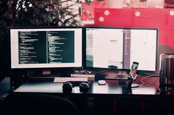 zwei Bildschirme an Mini-PCs