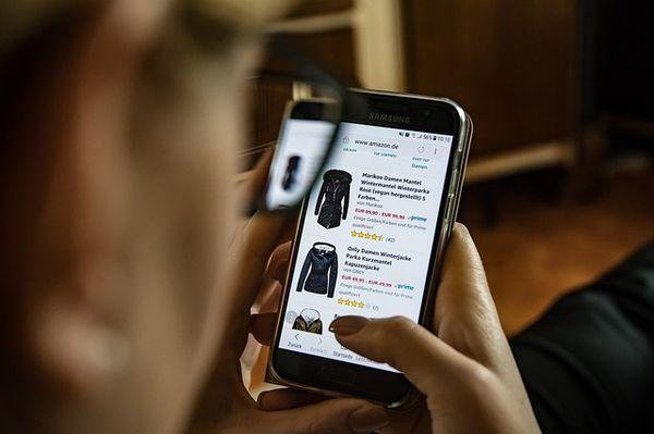 Online-Shopping von Kleidung am Handy