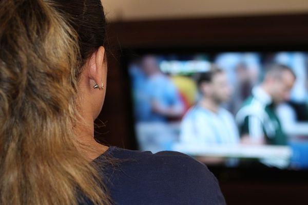 Frau vor dem Fernseher bom Fussball schauen