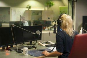 Radiomoderatorin im Studio des Internetradio