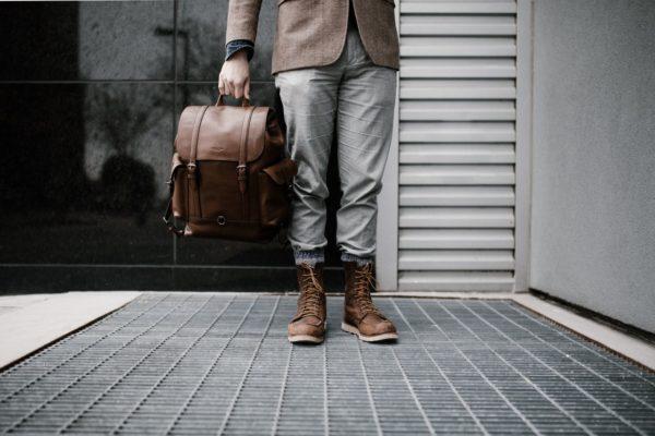 Person hält Rucksack aus Leder