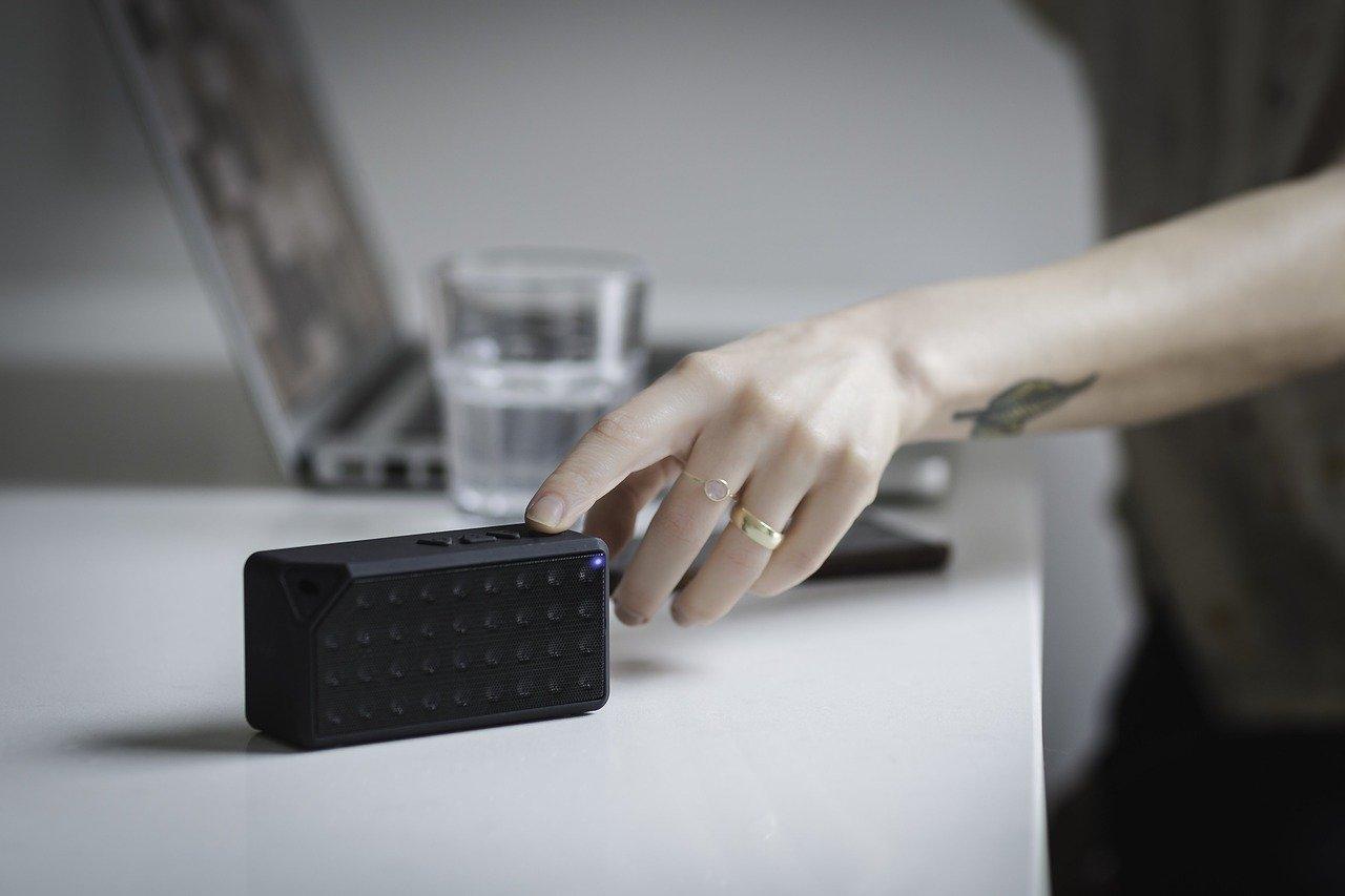 Laptop und Smartphone mit Bluetooth Lautsprecher verbunden