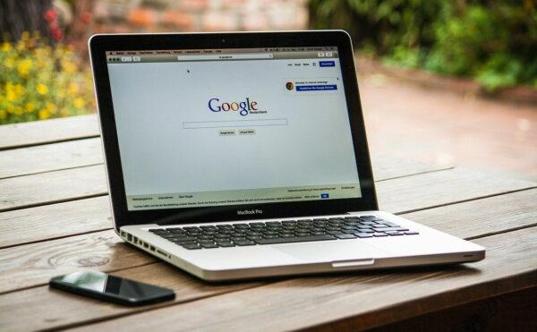 Google Webseite geöffnet auf MacBook Pro