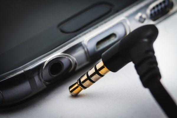 Stecker vom Kopfhörer am Smartphone anschließen