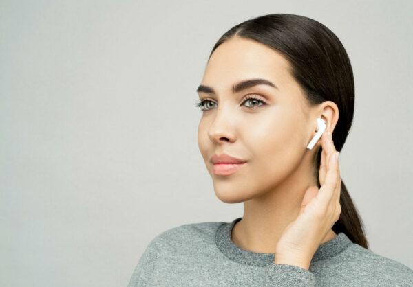 Earpods im Ohr einer Frau