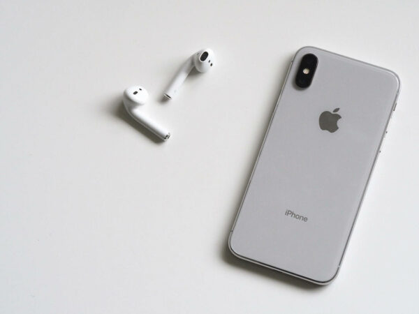 iPhone X mit Airpods in Silber