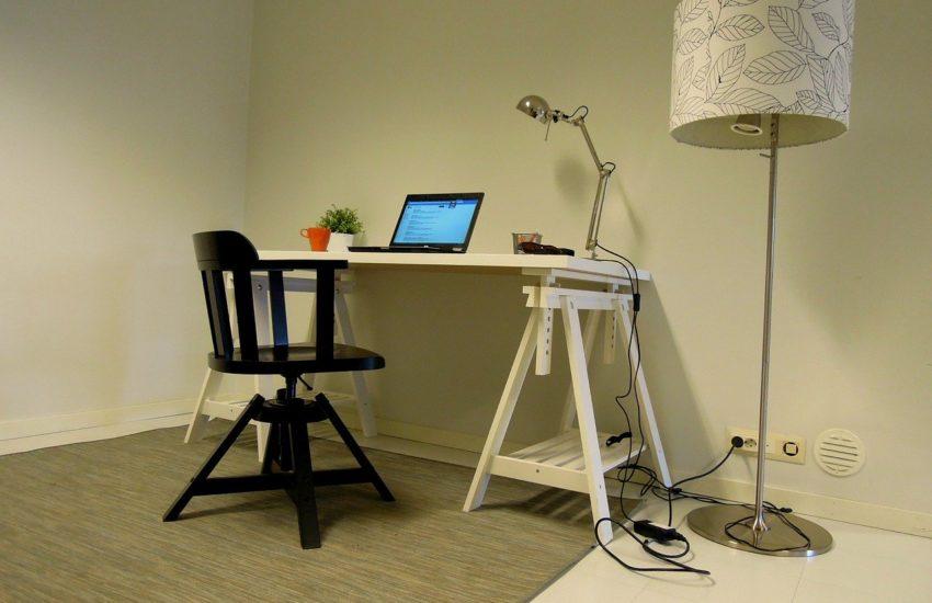 Schreibtisch und Bürostuhl für das Homeoffice