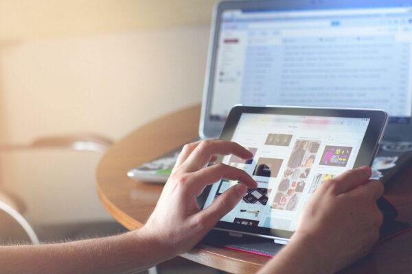 Tablets am Arbeitsplatz von freiberuflichen und selbstständigen Künstlern und Grafikdesignern