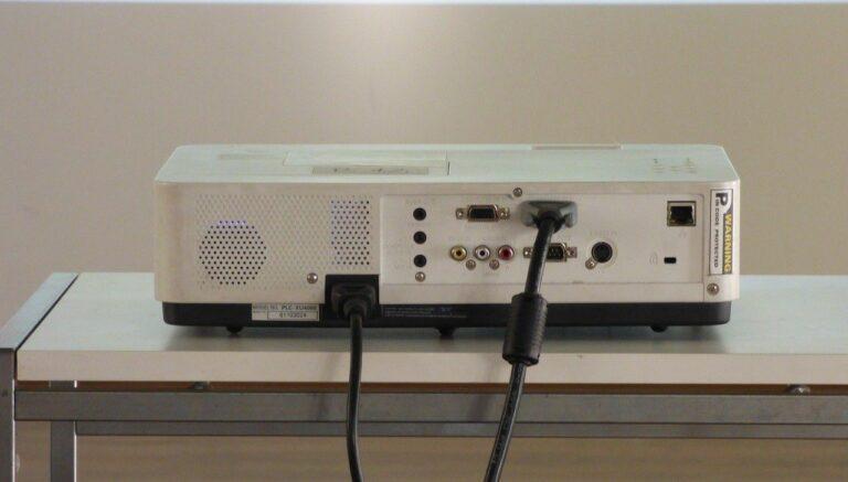 Beamer Anschlüsse auf der Projektor Rückseite