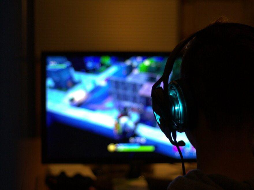 Gamer spielt ein Computerspiel